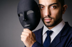 Bild Mann mit Maske Fotolia